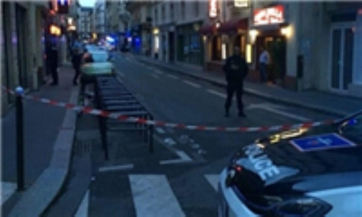 10 کشته و زخمی در حمله فرد مسلح به چاقو در پاریس / داعش مسئولیت را به عهده گرفت
