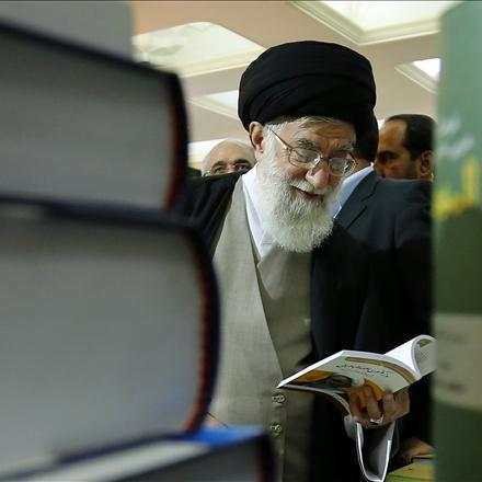 عکس رهبر معظم انقلاب اسلامی در نمایشگاه کتاب