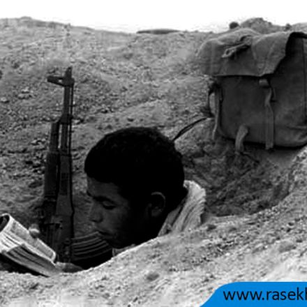 تصویری از یک بسیجی نوجوان در حال مناجات و دعا
