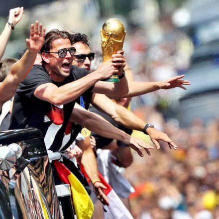 تیم ملی آلمان هنگام ورود به برلین
