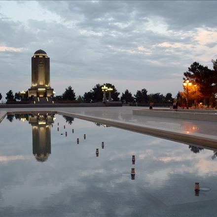 نمایی باز از محوطه و بنای آرامگاه نظامی گنجوی