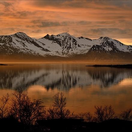 منظره زیبا از دریاچه و کوهستان