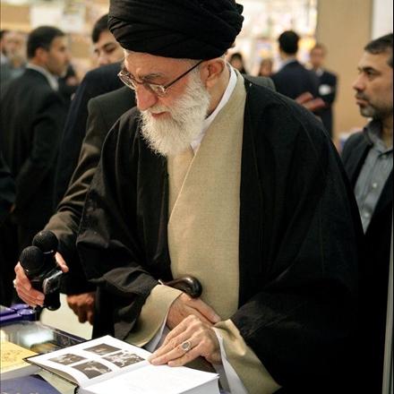 عکس رهبر معظم انقلاب در نمایشگاه کتاب تهران
