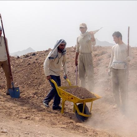 بسیجیان در حال فعالیت داوطلبانه سازندگی در مناظق محروم ایران