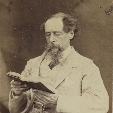 عکس چارلز دیکنز در حال مطالعه