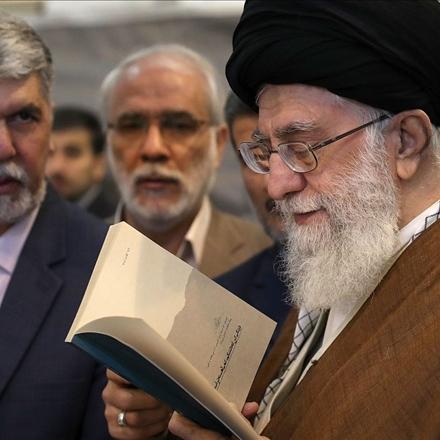 تصویر مقام معظم رهبری در بازدید از نمایشگاه کتاب تهران