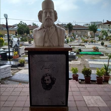 تندیس میرزا کوچک خان در کنار قبر ایشان