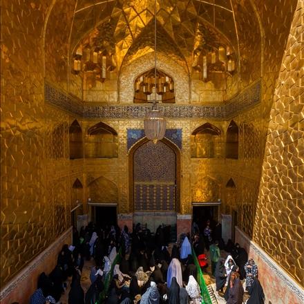 تصویری از زائران امام رضا در ایوان طلا