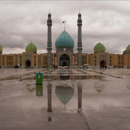 عکس مسجد مقدس جمکران در هوای بارانی