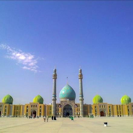 نمایی از مسجد جمکران در هوای آفتابی
