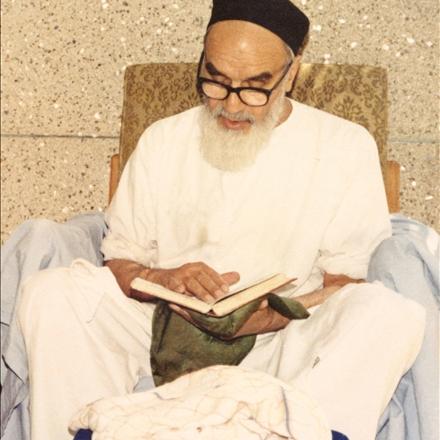 تصویر امام خمینی رحمه الله علیه در حال مطالعه