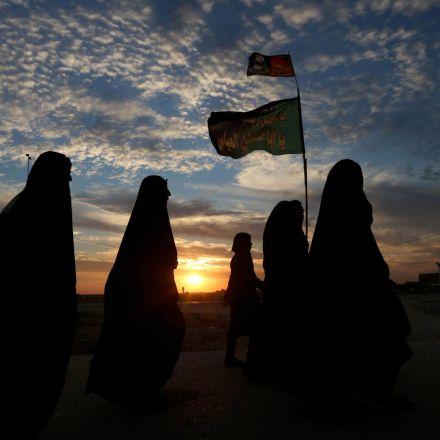 پیاده روی زائران اربعین در راه حرم امام حسین علیه السلام
