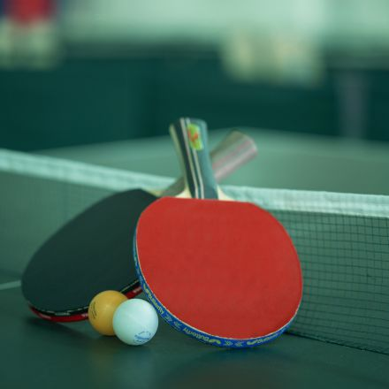 توپ و راکت تنیس روی میز