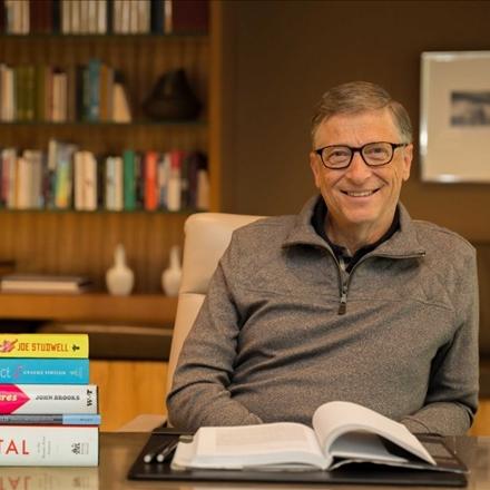 عکس بیل گیتس و کتابخانه شخصیش