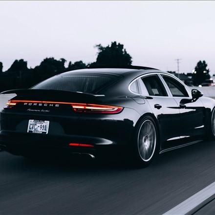 تصویری از یک خودروی زیبا
