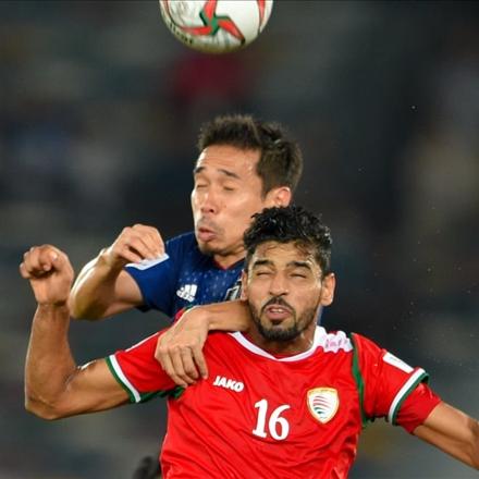 تصویر دو بازیکن ژاپنی و عمانی