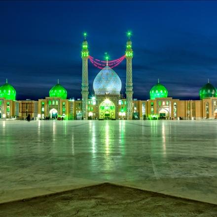 نمای نورانی مسجد مقدس جمکران در شب