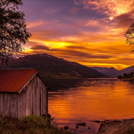 منظره ای زیبا از دریاچه و کوه