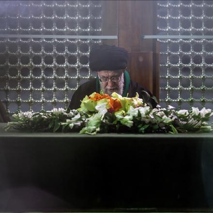 عکس حضور رهبر انقلاب در مرقد مطهر امام راحل و گلزار شهدای بهشت زهرا(س)