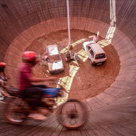 عکس حرکت روی دیوار مرگ با موتور