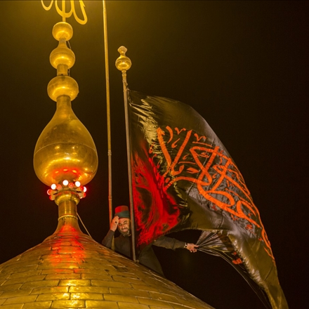 لحظه تعویض پرچم حرم امام حسین (ع) در کربلای معلی