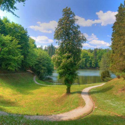 دریاچه زیبا در فصل تابستان