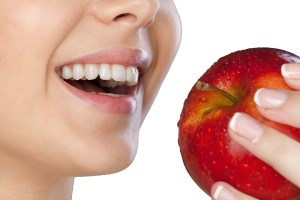 چگونه با پوست گردو دندان را جرم گیری کنیم؟