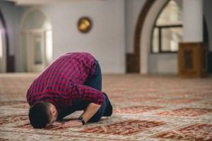 چرا شیعیان بر مهر سجده میکنند؟
