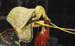 اسبی با زین طلایی