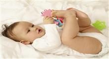 چرا کودک هفت ماهه ام هنوز هم انگشتان دست خود را بسته  و به حالت مشت نگاه می دارد؟