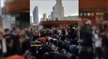 محافظت از معترضان مسلمان در حین اقامه نماز در آمریکا
