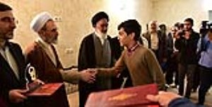 از عوامل فیلم سینمایی «منطقه پرواز ممنوع» در نماز جمعه قم تقدیر شد