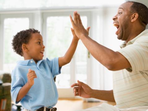 10 راهکار شگفت انگیز برای صمیمی تر شدن والدین با کودکشان