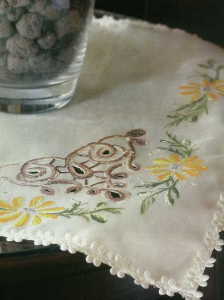رومیزی گرد پارچه ای طراحی روی پارچه ی حریر به عنوان رومیزی عسلی | بانو هنر اینجاست